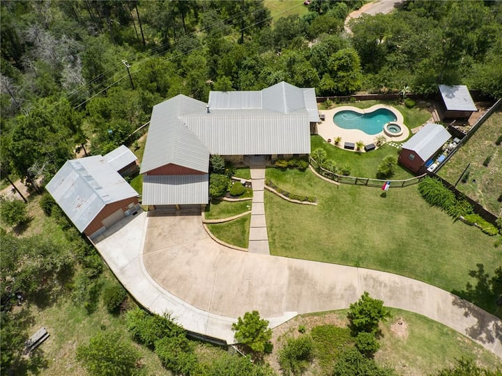 Lost Pine Hill Top Vista heated pool available