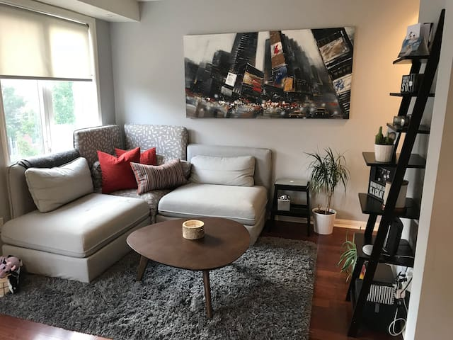 Bright, Modern 2BR Townhouse Close to Downtown
