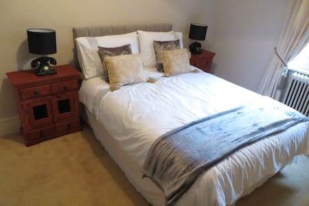 A spot of luxury in the Island's County town! - Newport - Rumah