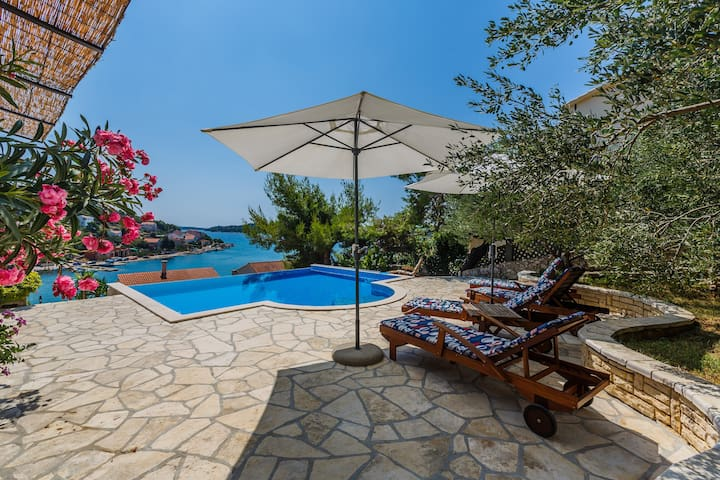 Relax in a family house with pool and jacuzzi
