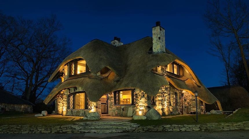 The Thatch House: Stone Master Suite - Charlevoix - 別荘