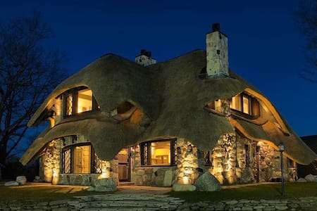 The Thatch House: Stone Master Suite - Charlevoix