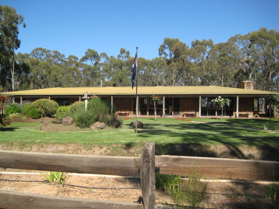Log cabin house in country setting houses for rent in for Log cabins victoria