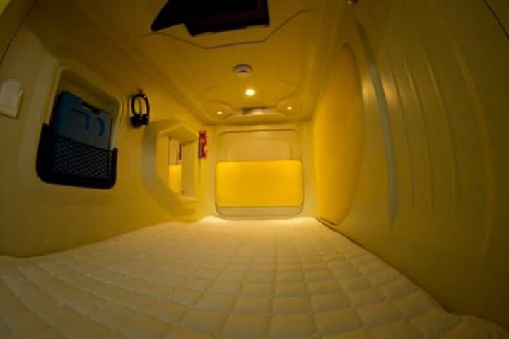 烟台大学旁的太空舱等你来,这里不仅实现了很多8090小时候住在柜子里的梦想,还会给你家一般的温暖。