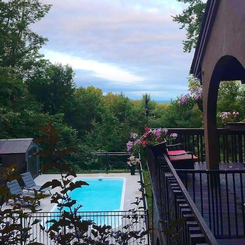 Chalet en montagne et sa piscine creusée