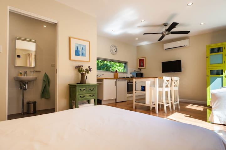Sunny Retreat Across from the River - Marrickville - House