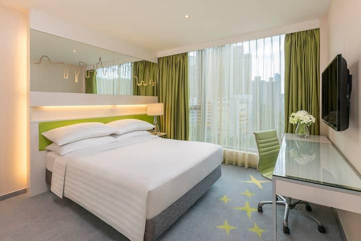 酒店豪華大床客房,免費使用WIFI, IDD, 室外游泳池及健身房