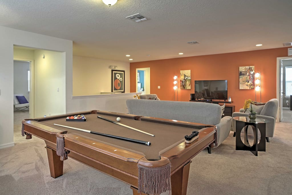 This Davenport vacation rental home offers accommodations for up to 15 guests.