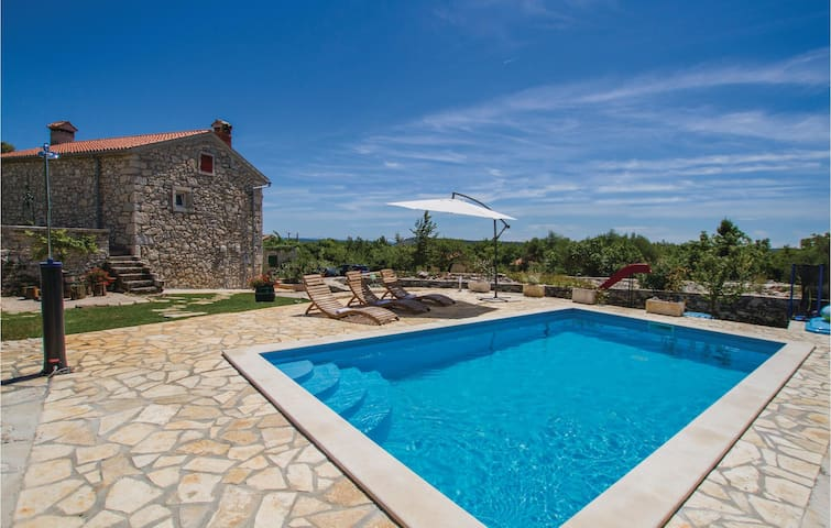 Holiday cottage with 3 bedrooms on 86 m² in Burjaki