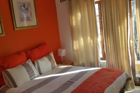 Friendly house for 2 travellers - Sandton