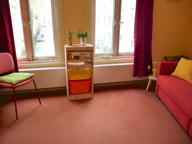 ruime kleurige kamer voor 1 of 2 personen