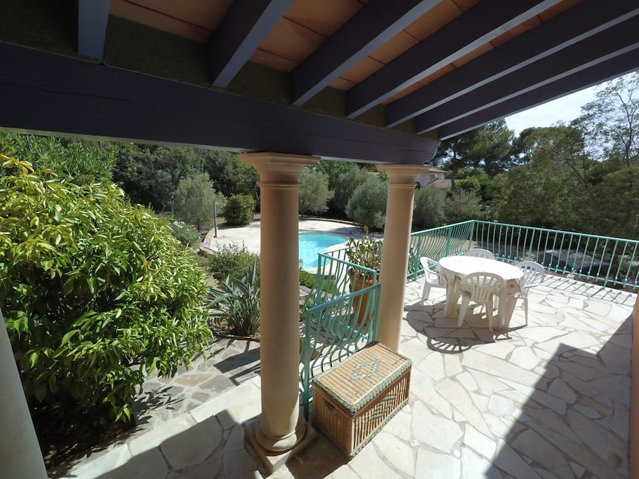 La terrasse située plein sud est agréable toute l'année. Pour ceux qui recherchent plus d'ombre que les parasols lorsque que le soleil est à son zénith en Juillet/ Aout, les arbres autour de la piscine constituent un havre idéal.