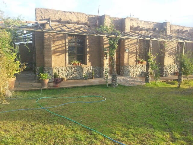 Bella casa hecha de Adobe con piscina en Zonda
