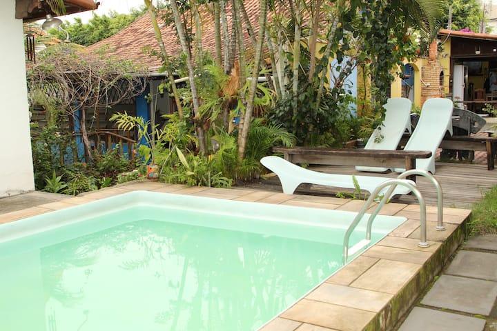 Apartamento 8 com varanda em pousada com piscina