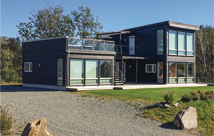 Nice home in Lindesnes with Jacuzzi and 5 Bedrooms