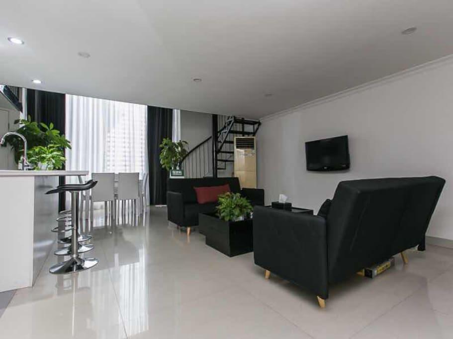 客厅总共可以坐18个人,中岛3个,两个沙发6个,饭桌6个