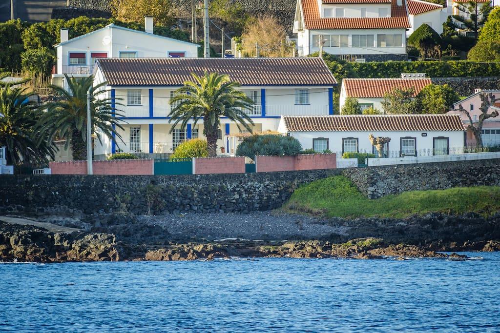 Edifício visto do mar   Building viewed from the ocean.