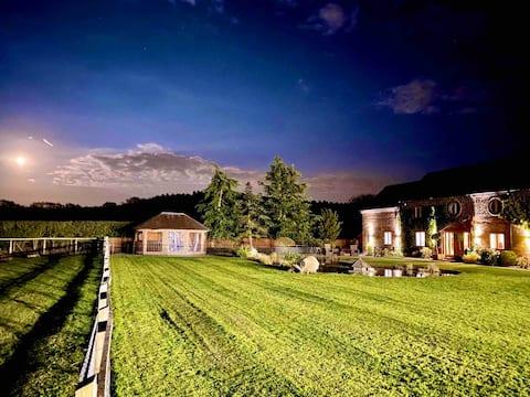 Luxury Barn Conversion with Alpaca Farm & Hot Tub
