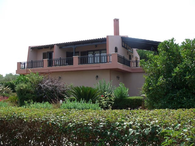 Sea side villa with fantastic garden, 50m from sea - Drosia - House