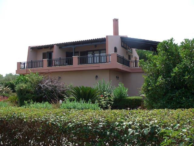 Sea side villa with fantastic garden, 50m from sea - Drosia
