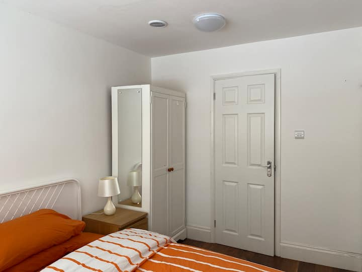 Spacious double en-suite bed in a peaceful area