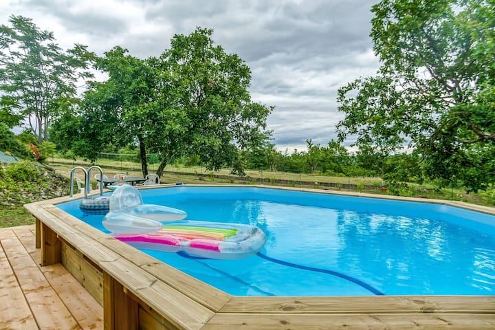 Accattivante casa vacanze in Largentière con piscina