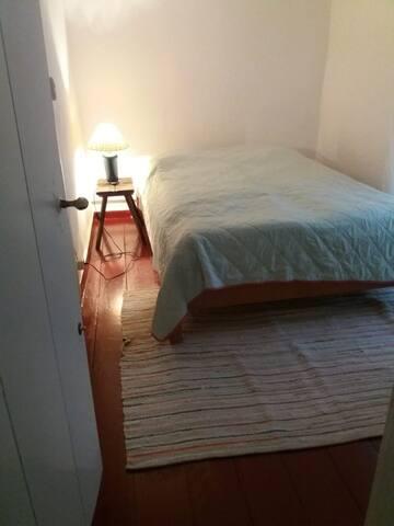 Schlafzimmer 1 (2 Personen), das Foto jetzt mit dem 140x200cm Bett...Nur die Tür zum Garten ist nicht mehr auf dem Foto.