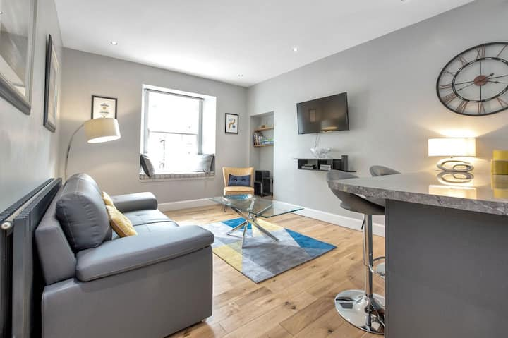 Vibrant City Centre Flat in the New Town