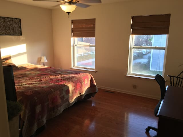 Large cozy bedroom in Midtown Hbg - Harrisburg - Ev