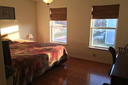 Large cozy bedroom in Midtown Hbg - Harrisburg - Casa