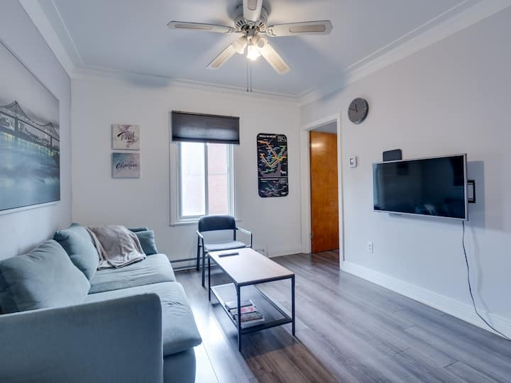 FREE PARKING, Cozy 2 BR, 1 min from subway!