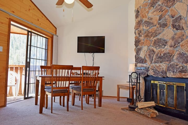 In Town - On The River - Free WiFi - Cable - Wood Burning Fireplace - Three Story Townhome