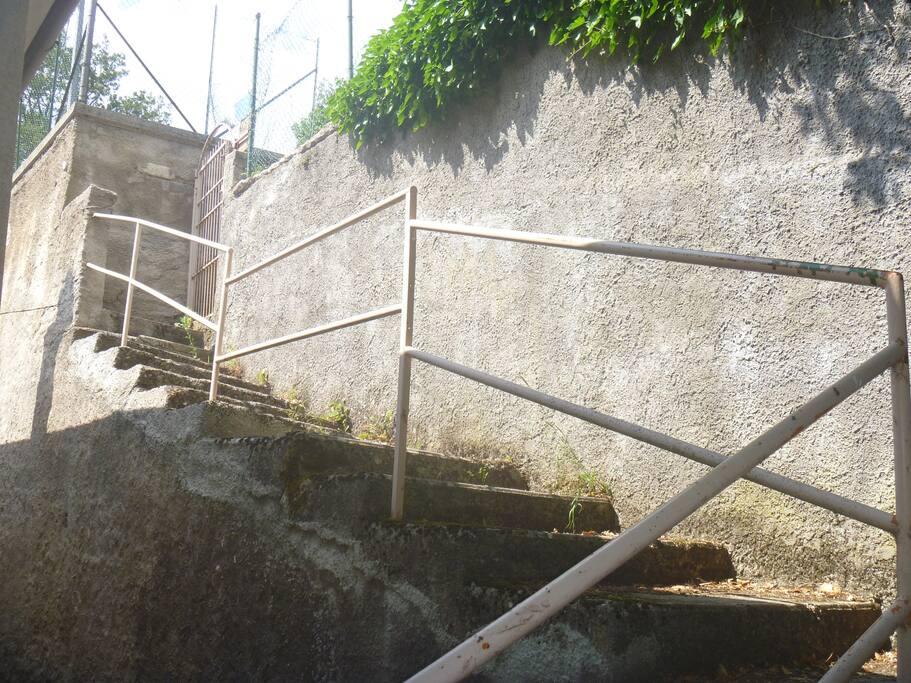 La scala d'accesso al giardino