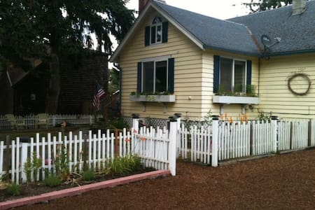Cozy Cottage: near water, short walk to Langley - Langley