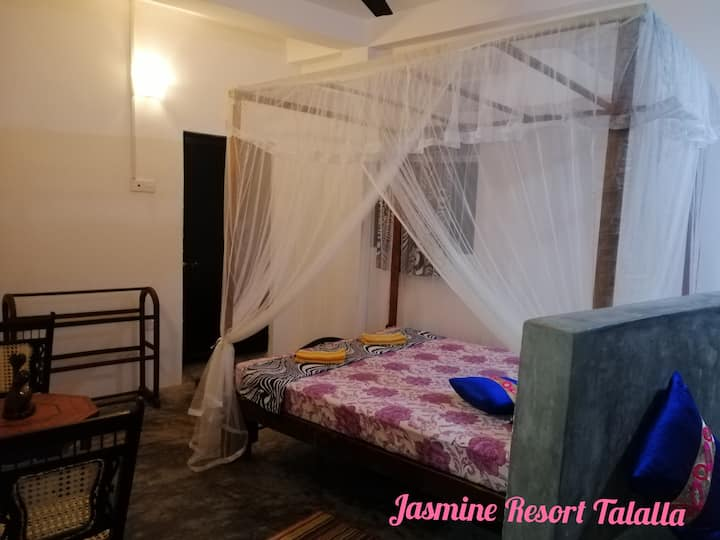 Peaceful Rooms Near Talalla Beach