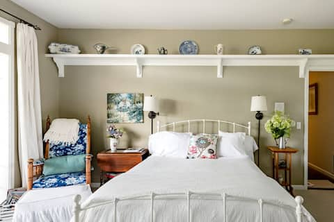 Quin's Lakehouse Garden Gate En Suite on Lake Whatcom