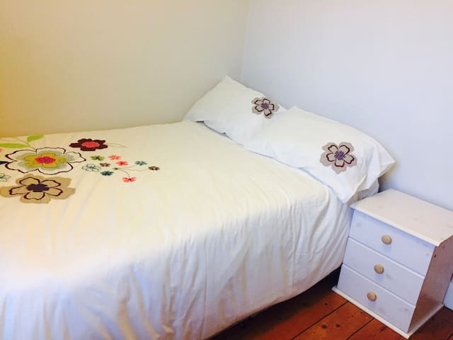 Lovely double bedroom 20 mins from city centre - London - Haus