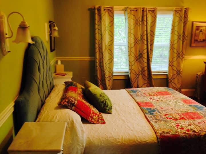 Donahoo is a cute room on the 2nd Floor of the Murphy House!