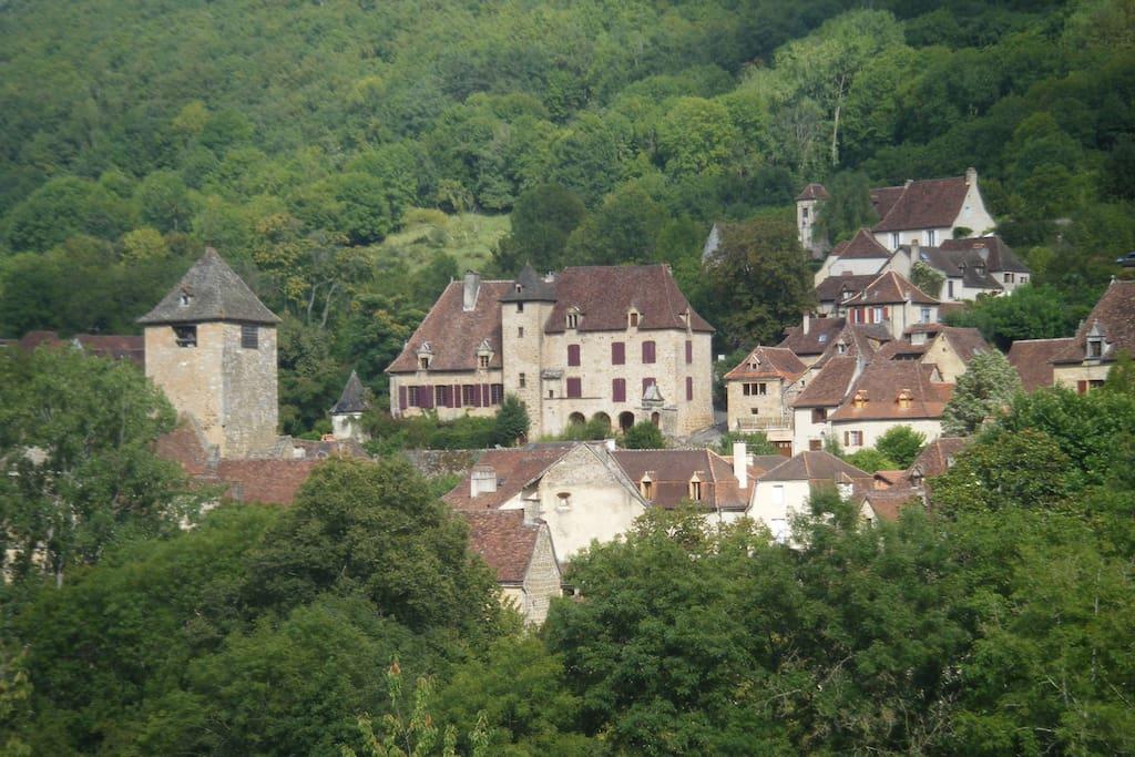 Le Château dans le village