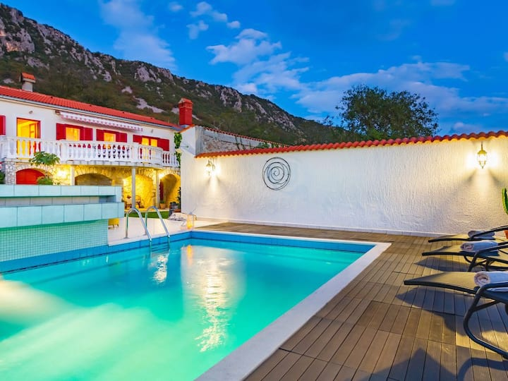 Fantastic villa with pool, not far from the sea