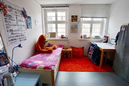 Möbliertes 14qm Zimmer in 3er WG. city center - Weimar - Apartamento