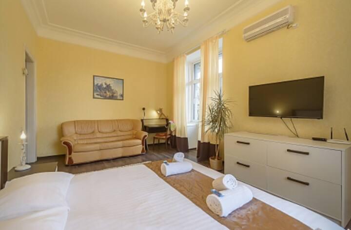 One Bedroom Apartment on Kreschatyk , Nice View