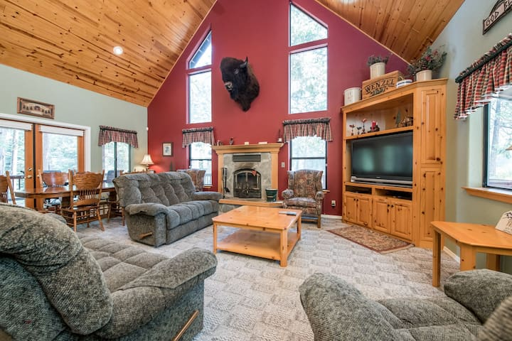 Rustic cabin w/ game room and beautiful forest views!