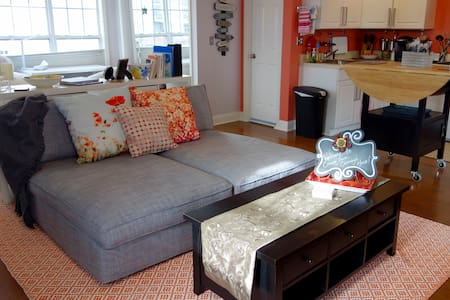 Uptown Carriage House-Sunny, Homey, Walk-Friendly! - Charlotte - Guesthouse