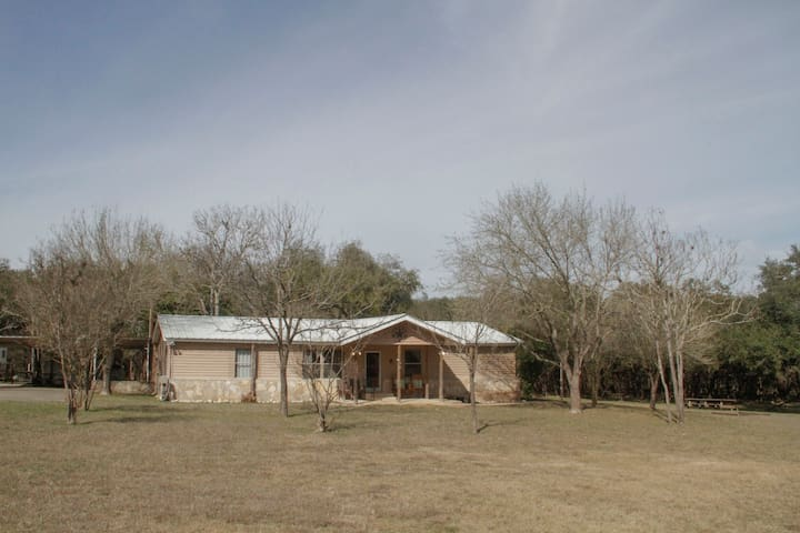 Rogers River Home: 5 bedroom 2 mi from the Frio