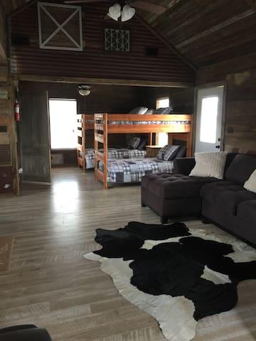 7D Ranch Bunkhouse Cabin #2 - Navasota - Sommerhus/hytte