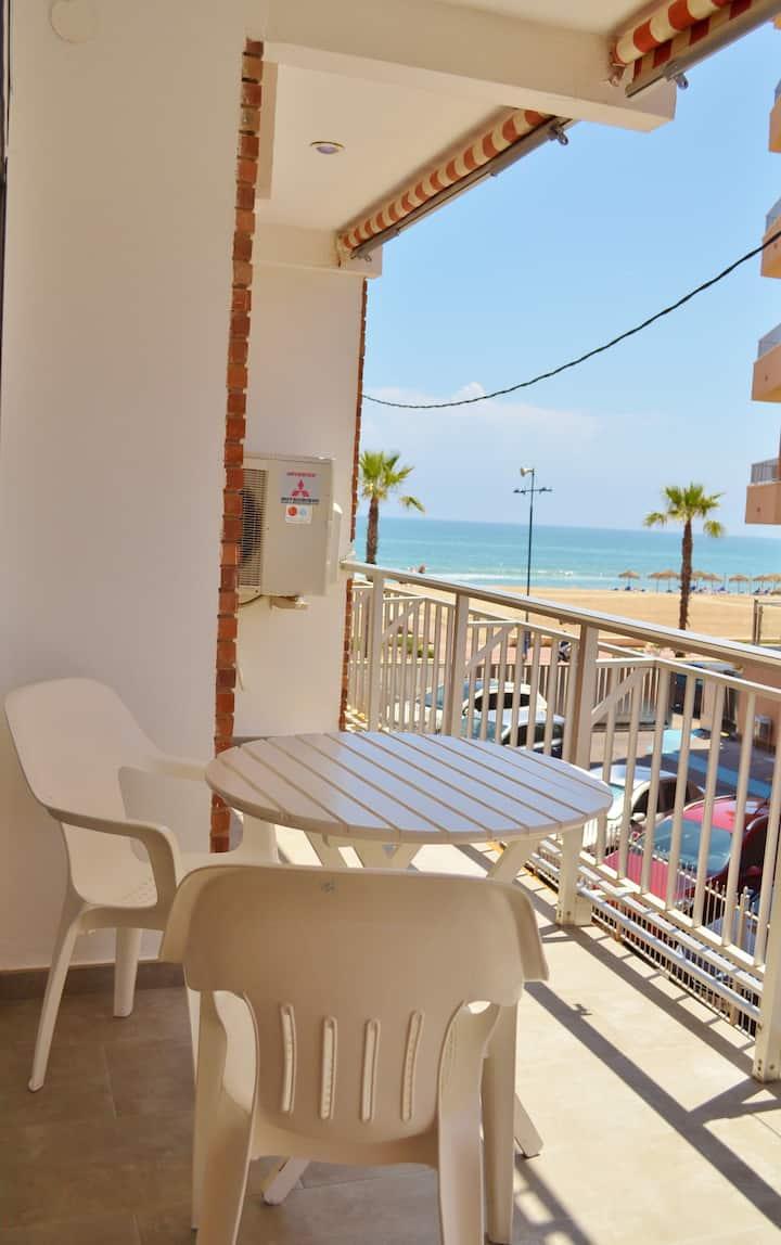 Bright apartment facing the beach. Av. Papa Luna