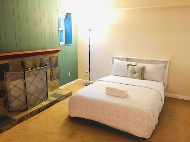 6818-7 Cozy bedroom near Skytrain & Airport