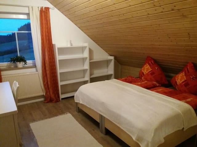Einfaches liebevolles Zimmer