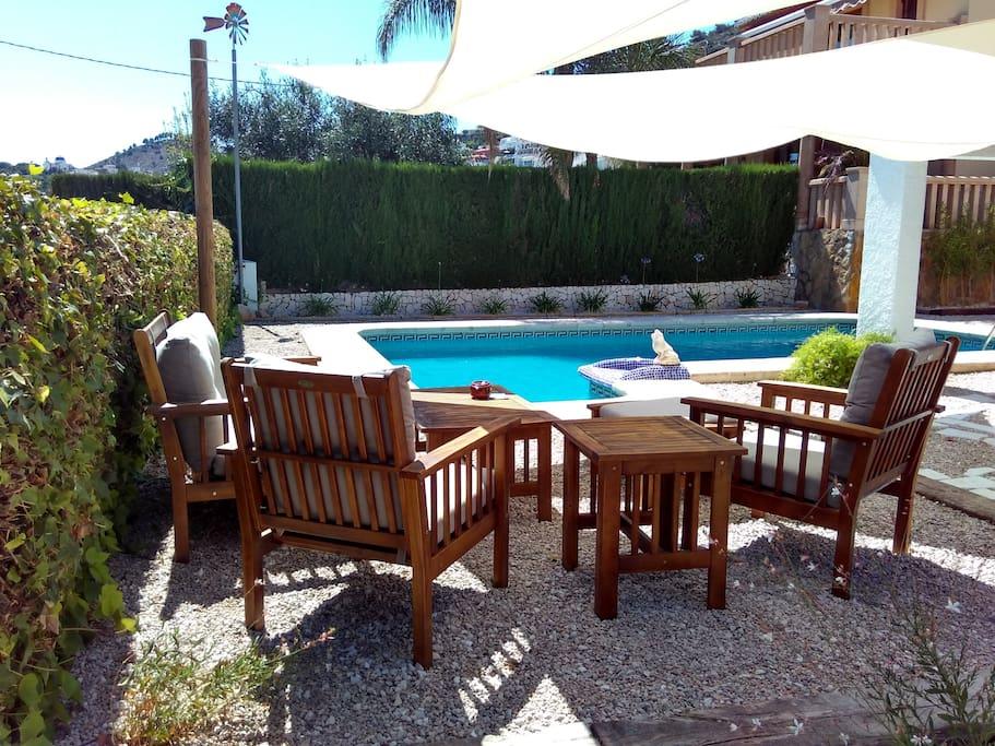zona relax en la piscina